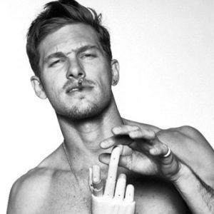 Adam Senn – Hit the floorのゼロは元Dolce&Gabbanaのスーパーモデル